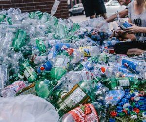 Sirenas en la basura por Benjamin Von Wong